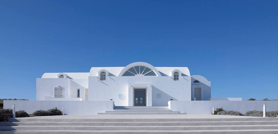 The architectural jewel of the island especially designed to accommodate unique works of art and various indoor and outdoor cultural events, just one kilometer from the center of Fire on the road to Pyrgos.